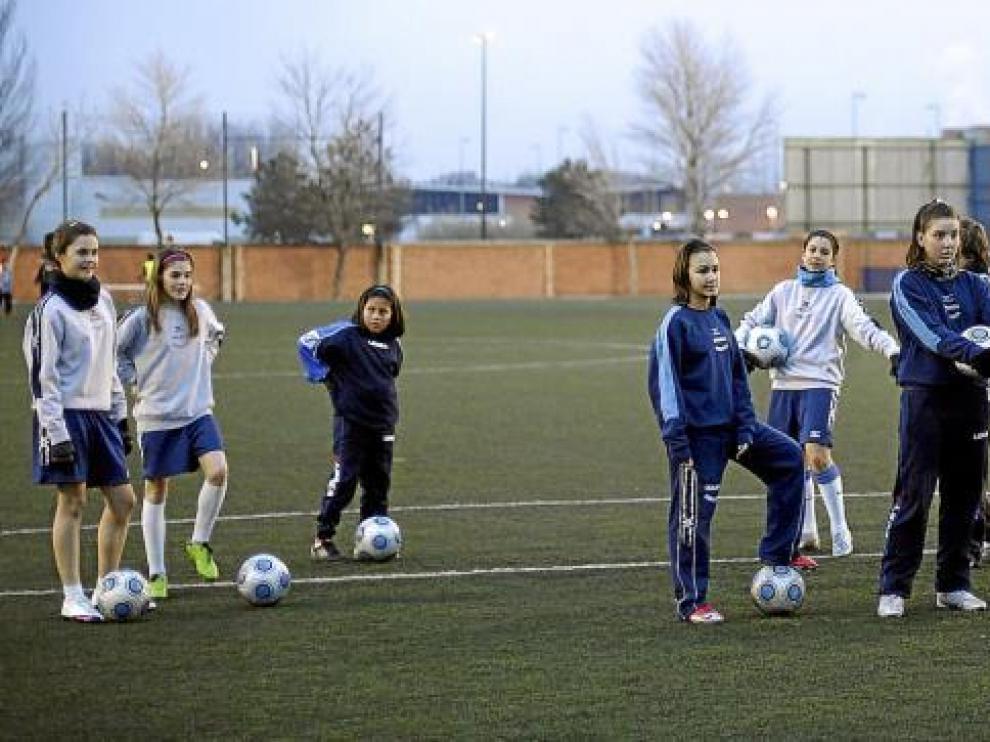 Las niñas de la Escuela del Prainsa Zaragoza durante el entrenamiento del pasado lunes en el Pedro Sancho.