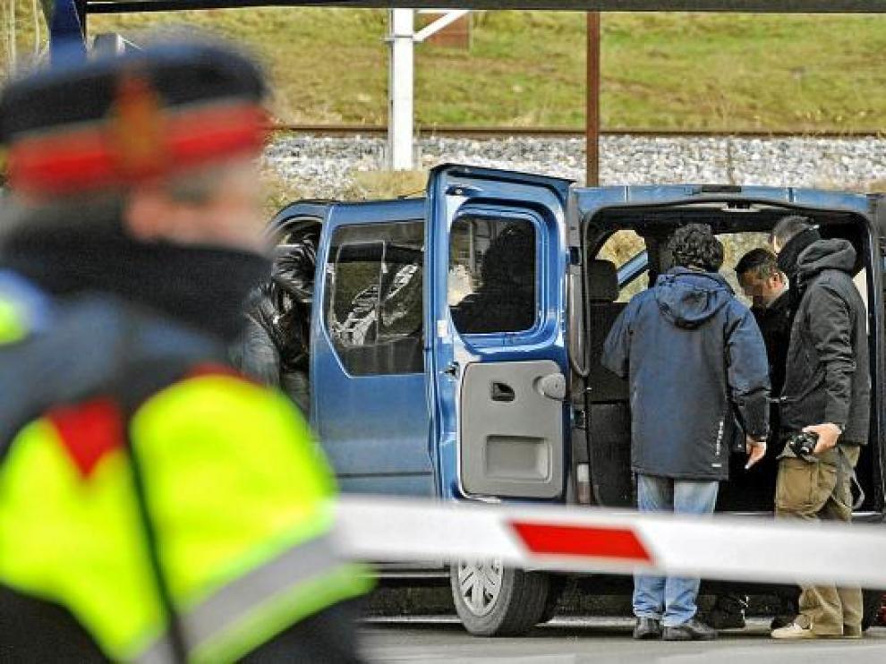La Policía examina el coche en el que viajaban los etarras detenidos en Gerona.