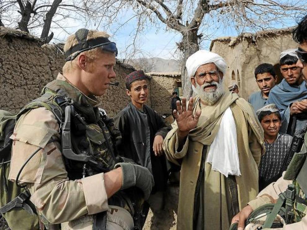 Soldados holandeses conversan con civiles afganos, en enero pasado en la provincia de Uruzgan