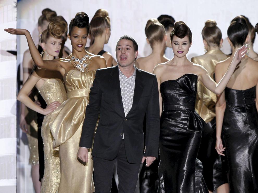 Hannibal Laguna posa con sus modelos al final de su desfile