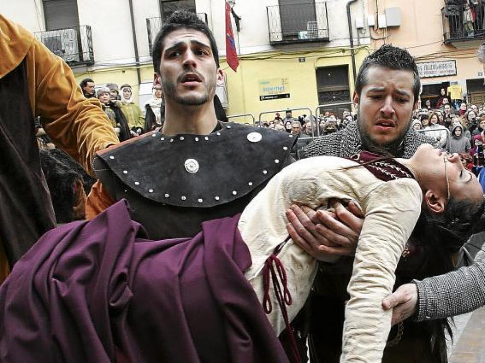 El cuerpo inerte de Isabel de Segura es portado por tres caballeros ante la mirada emocionada del público que abarrota la plaza de la Catedral