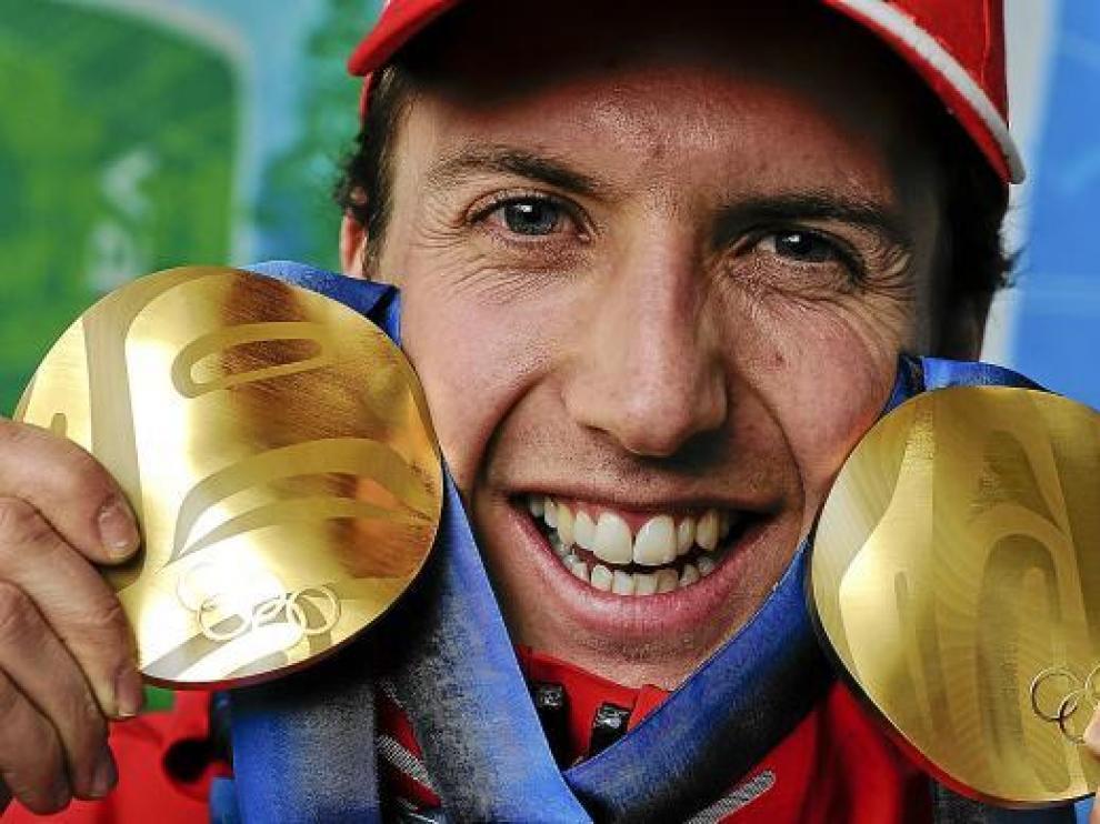 Simon Ammann sonríe con las dos medallas de oro logradas en Vancouver