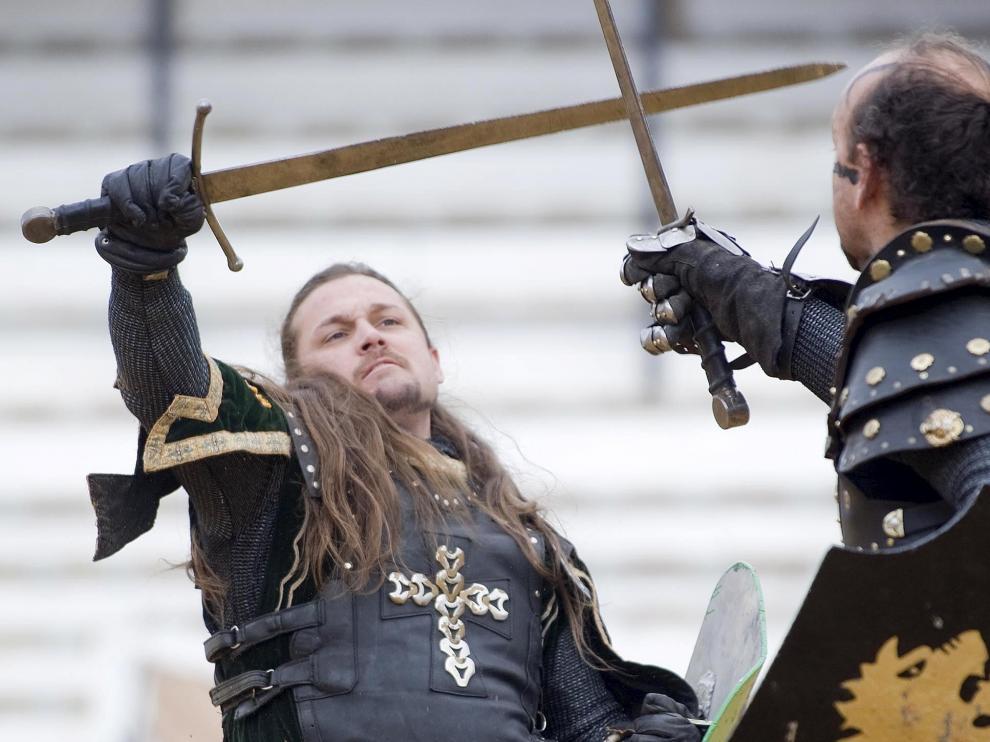 Dos caballeros medievales luchan en las calles de Teruel