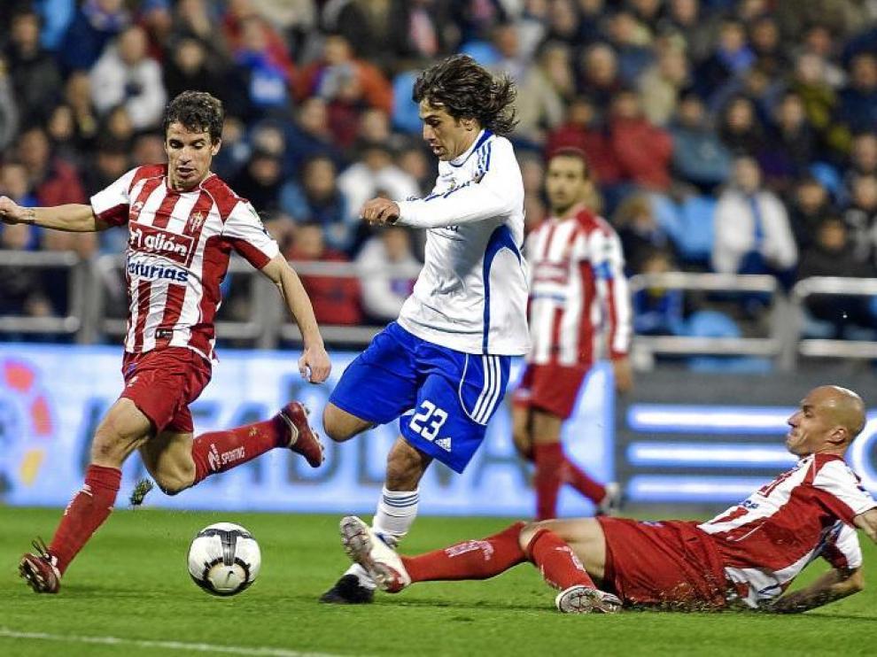 Leo Ponzio intenta superar a Matabuena en una de sus incorporaciones al ataque