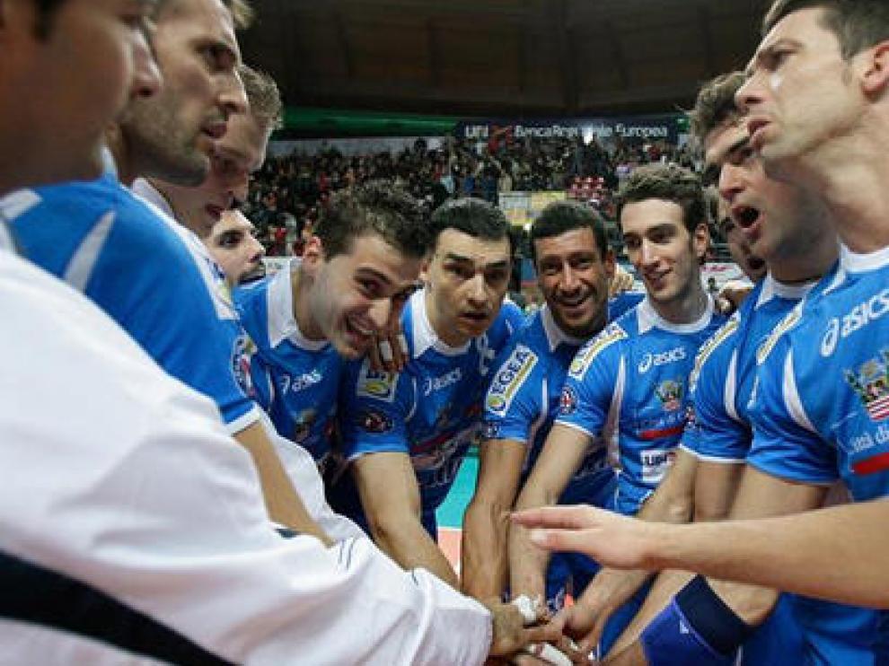 El equipo del Bre Banca Lannutti Cuneo se anima antes de un partido