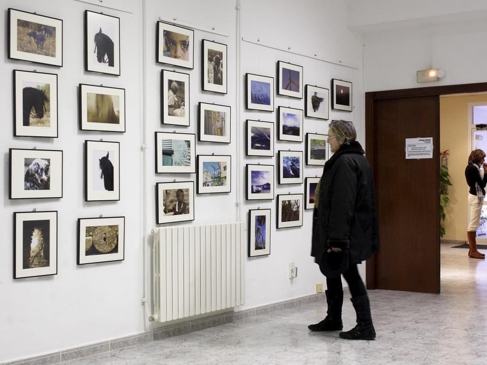 Una de las visitantes de la exposición, el pasado sábado, día de la inauguración.