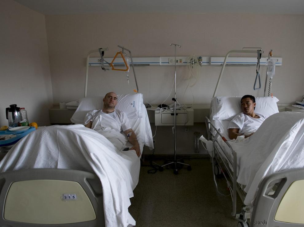 Juan José Vivar y James Chávez, dos de los escaladores rescatados el domingo por la Guardia Civil, en su habitación de la MAZ