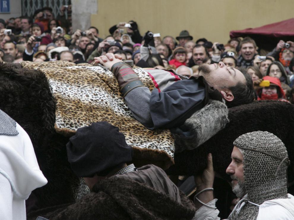 La comitiva fúnebre de Diego de Marcilla es fotografiada por miles de visitantes.