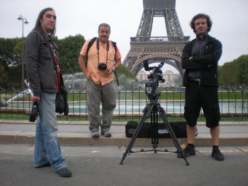 Iñaki Juárez (centro), en París, con el equipo de Insertos Producciones