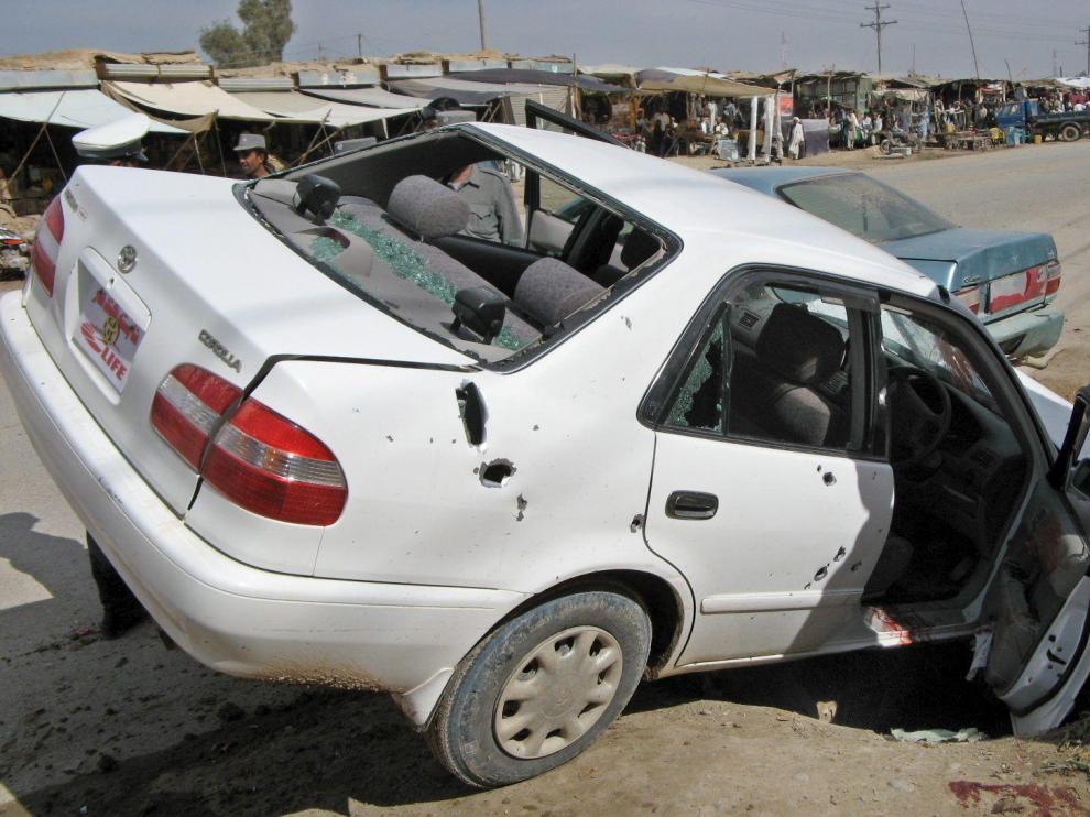 Estado en el que quedó uno de los coches alcanzados ayer por la explosión de una bomba.