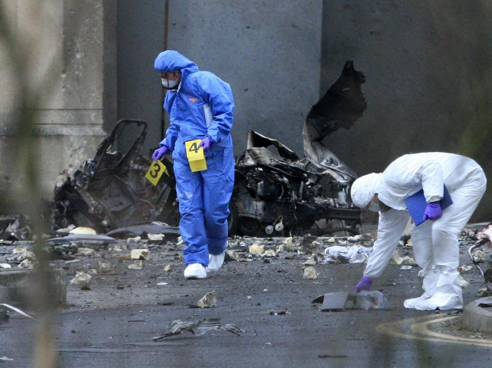 Agentes de la Policía forense inspeccionan el lugar del atentado, ayer en Newry.