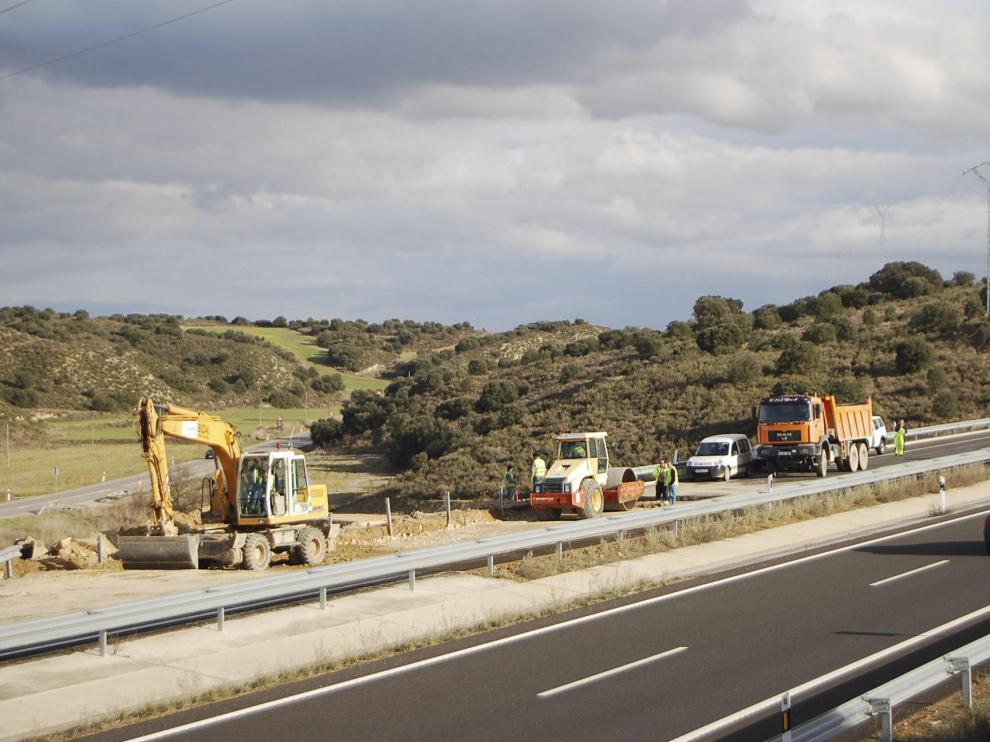 La constructora trabajaba ayer en la reposición del firme para reabrir la autovía antes del viernes