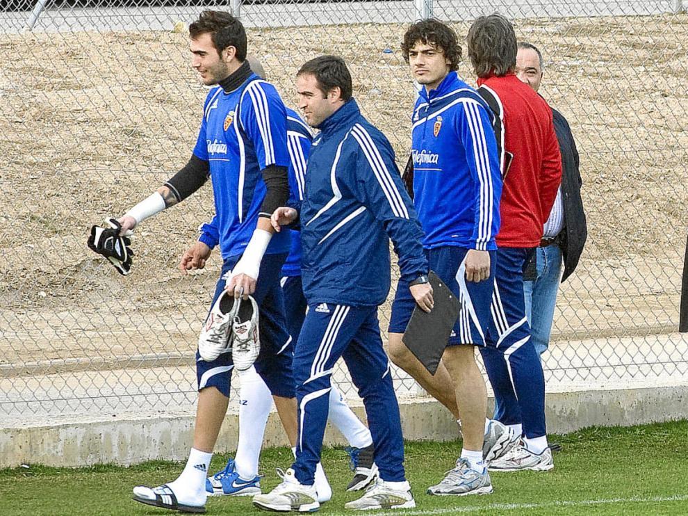 Agapito Iglesias saluda a Suazo antes del entrenamiento que llevó a cabo el equipo ayer en la Ciudad Deportiva
