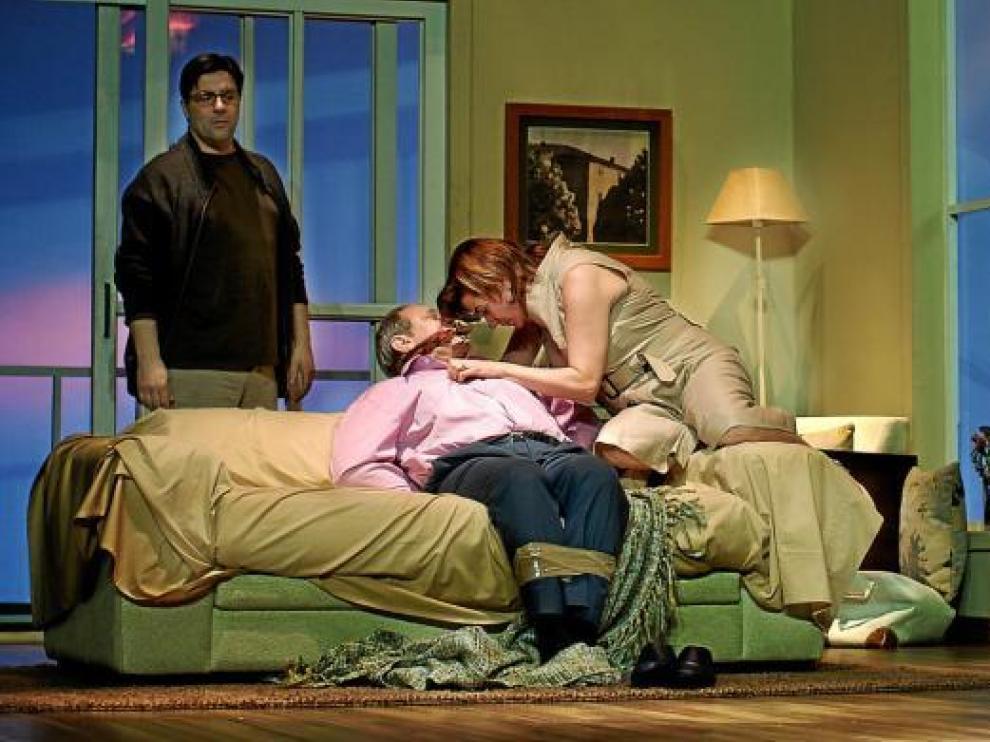 Los protagonistas de 'La muerte y la doncella', en una escena de la obra que se estrena hoy