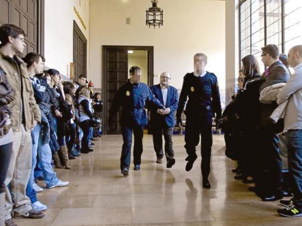 El procesado, cuando era conducido ayer a la sala de vistas de la Audiencia de Zaragoza