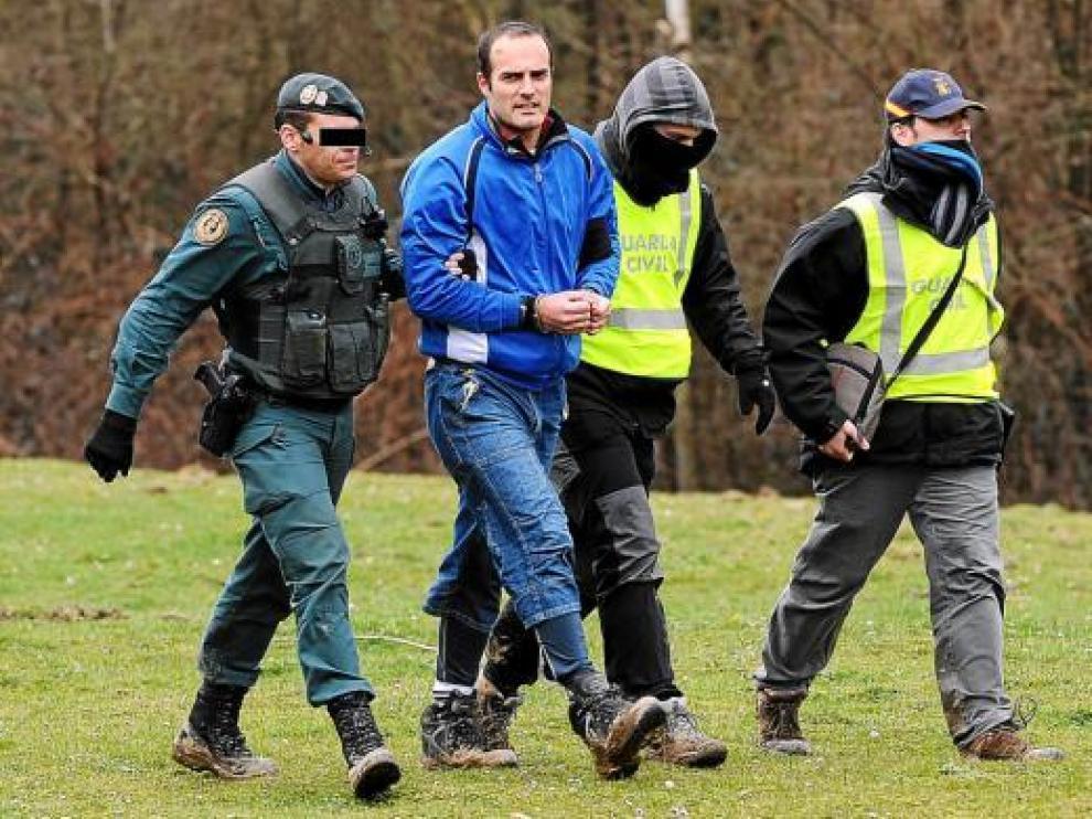Ibai Beobide conduce a los agentes de la Guardia Civil al lugar donde se hallaron los zulos