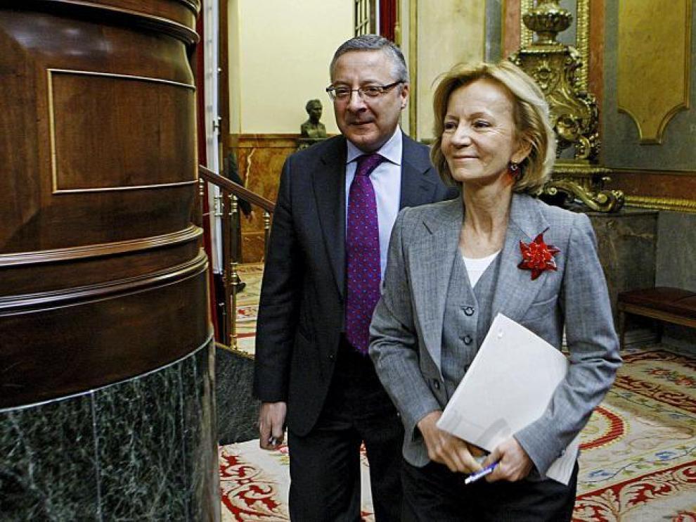 El ministro de Fomento, José Blanco, junto a la vicepresidenta segunda y titular de Economía, Elena Salgado, ayer en el Congreso