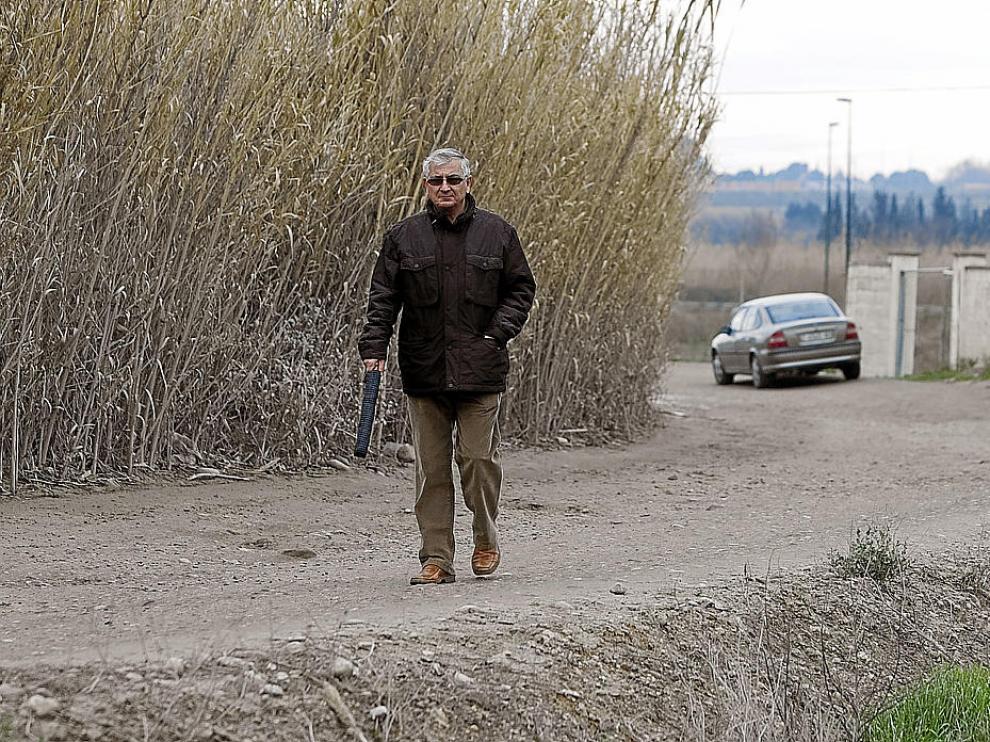 Antonio López, paseando por el Camino de Miraflores, entre charcos y baches