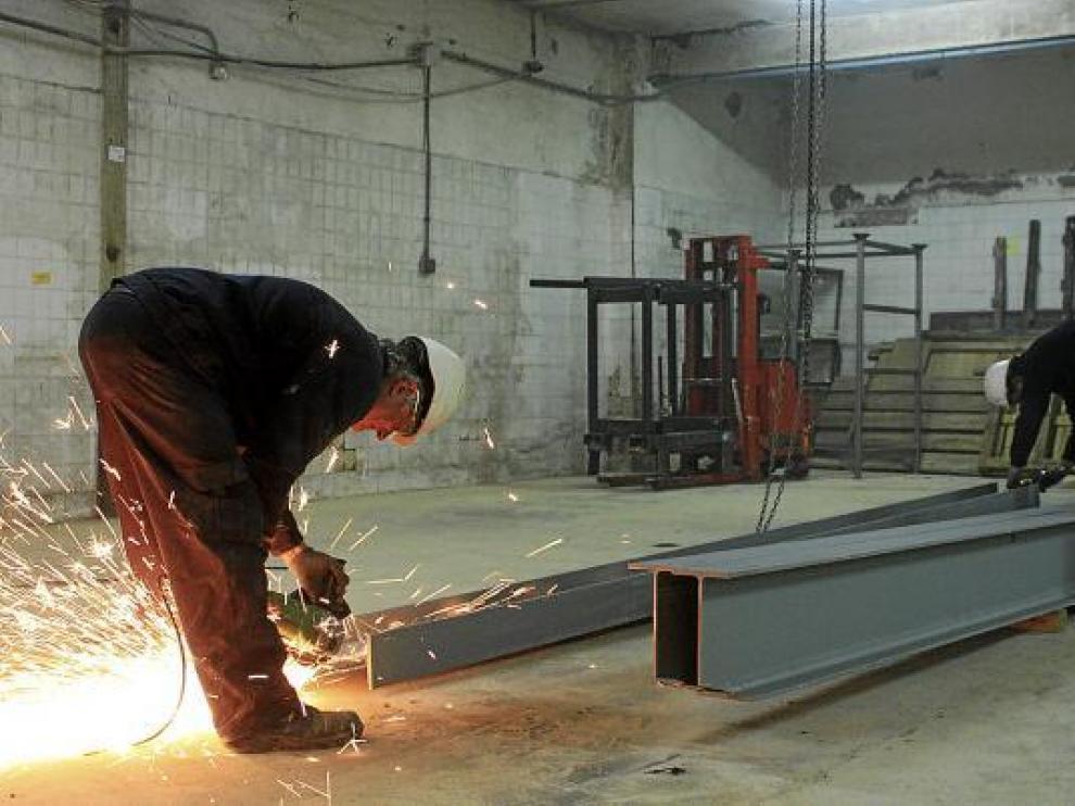 Un obrero trabaja en la consolidación de los forjados, cuyo deterioro forzó el cierre temporal de Pelbor