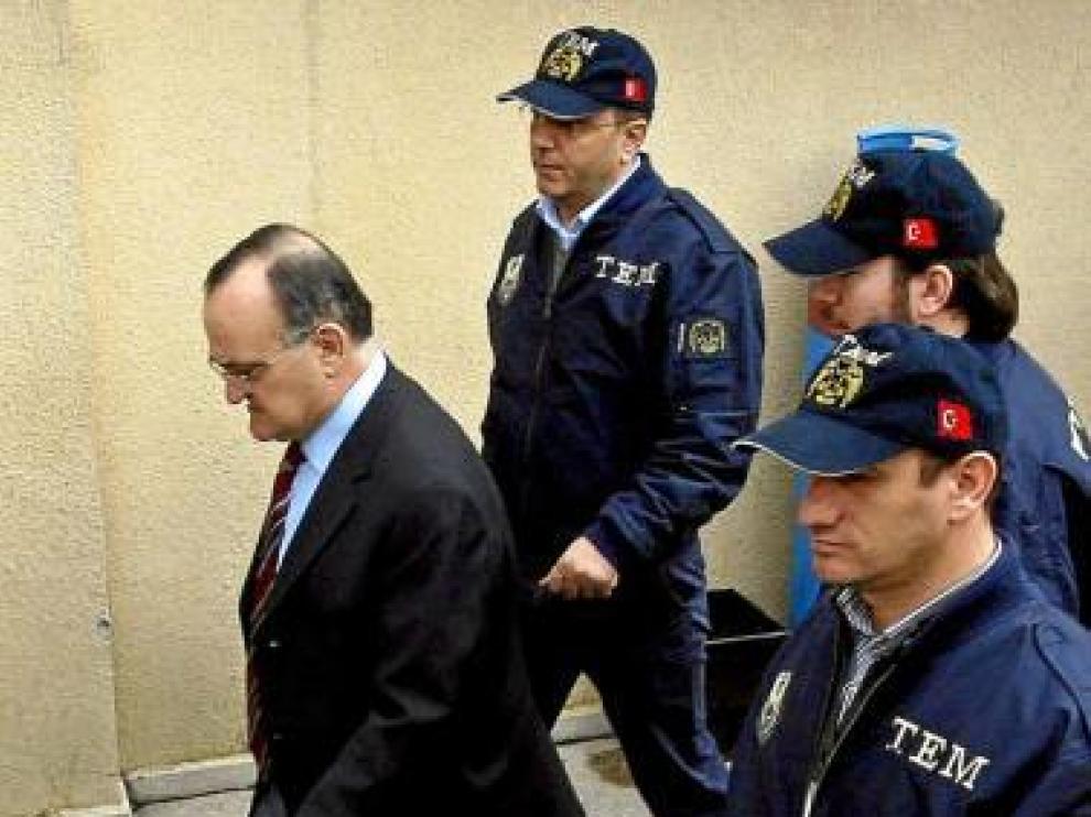 El ex comandante Ergin Saygun llega al tribunal en Estambul, ayer