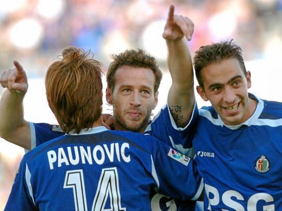 Pulido, en el centro de la imagen, tras marcarle al Zaragoza en 2005. A su izquierda, Alberto.