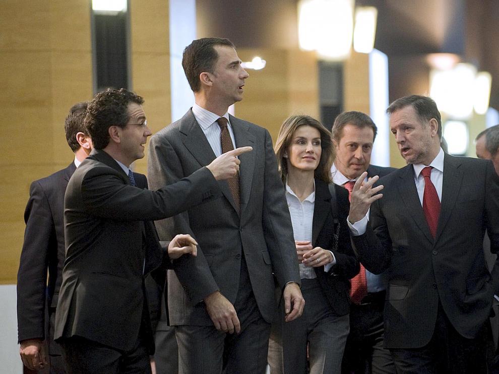 Las Príncipes de Asturias, ayer, con el presidente del Gobierno de Aragón (d) y organizadores del Congreso de Cooperativas