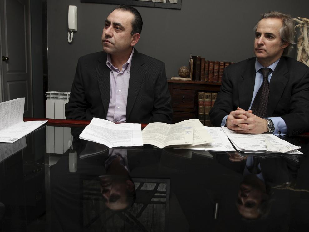 El zaragozano Ramón Francés, a la izquierda, junto a su abogado, Simón Lahoz.