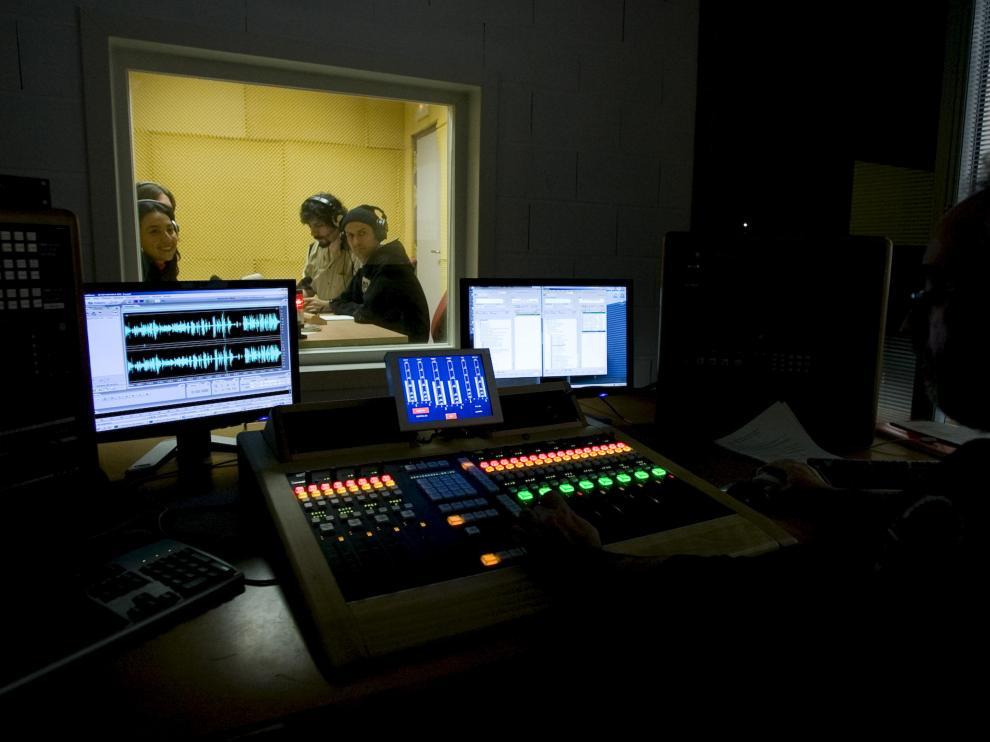 Grabación de una obra teatral para radio, el pasado jueves, en el Taller de Radio Creativa, en Zaragoza.