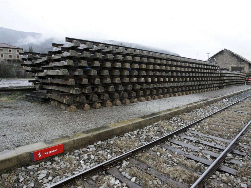 Acopio de materiales ferroviarios, traviesas y raíles en la estación de Santa María y La Peña