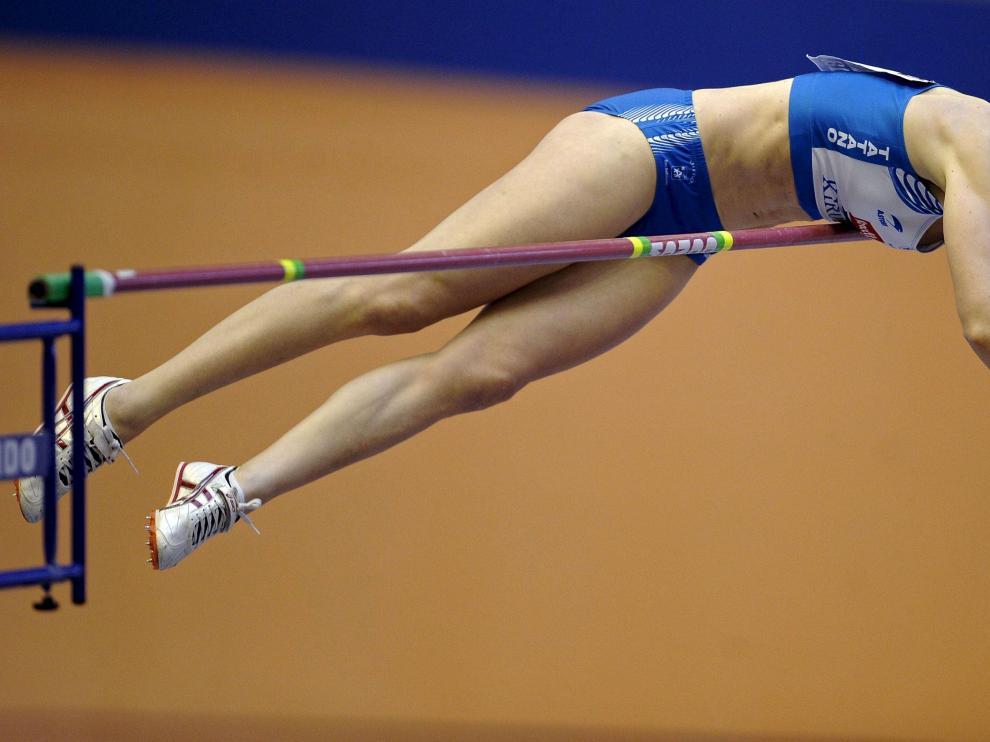 Naroa Aguirre, ganadora en pértiga, ejecuta uno de sus saltos