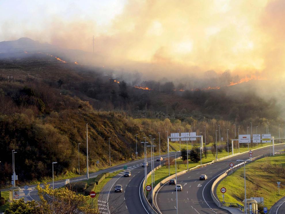 Vista del incendio en las inmediaciones de Bilbao.