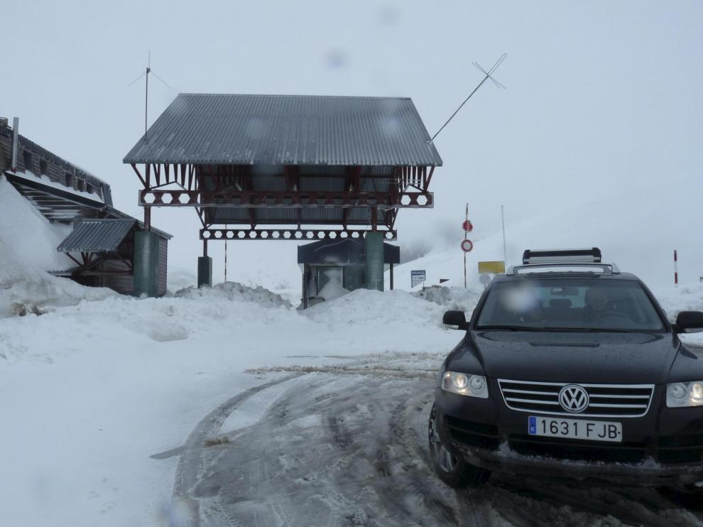 Los coches tenían que dar media vuelta en el alto del Portalet, que lleva tres días cerrado.