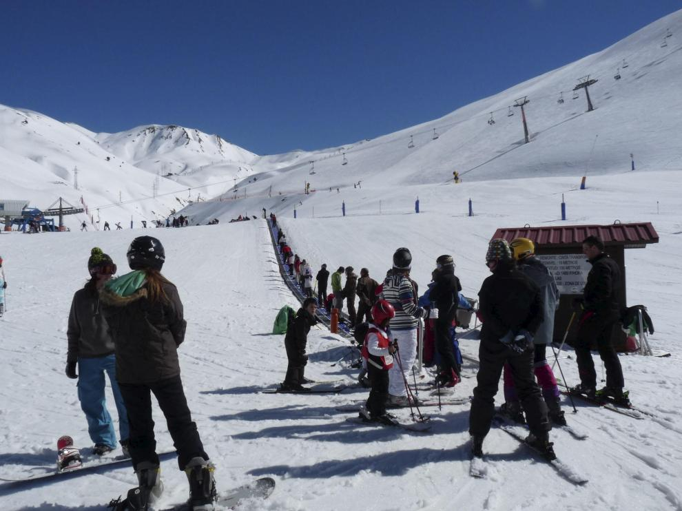 Astún disfrutó ayer de una agradable y soleada jornada de esquí, después de que el sábado tuviera que cerrar por el fuerte viento