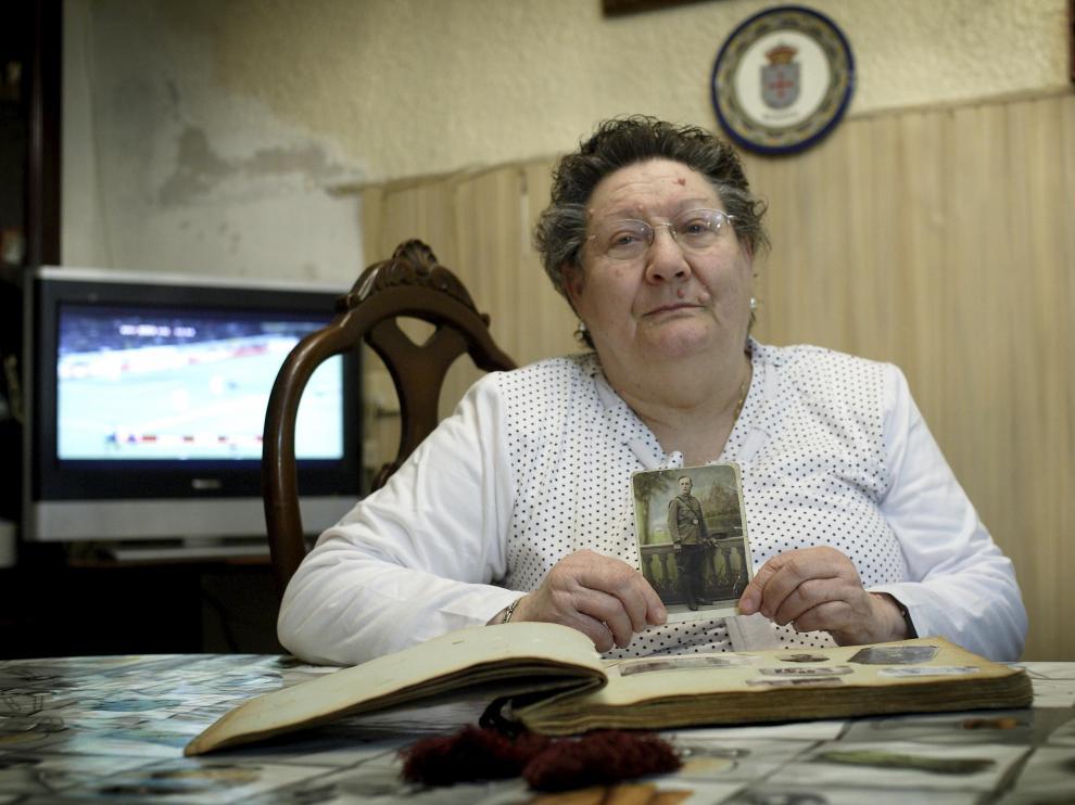 Florentina Pericas, en su casa de Zaragoza, muestra una foto de su padre, Rogelio