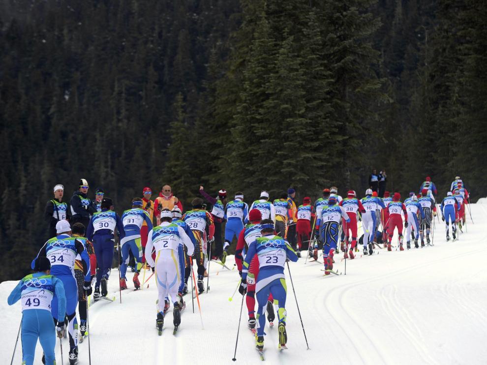 El aragonés Diego Ruiz, dorsal 49, cierra el grupo durante un momento de la prueba de los 50 kilómetros de esquí de fondo.