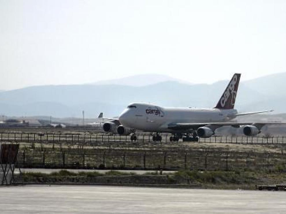 Un avión de mercancías circula por una de las pistas de rodaje, situada junto a la torre de control.