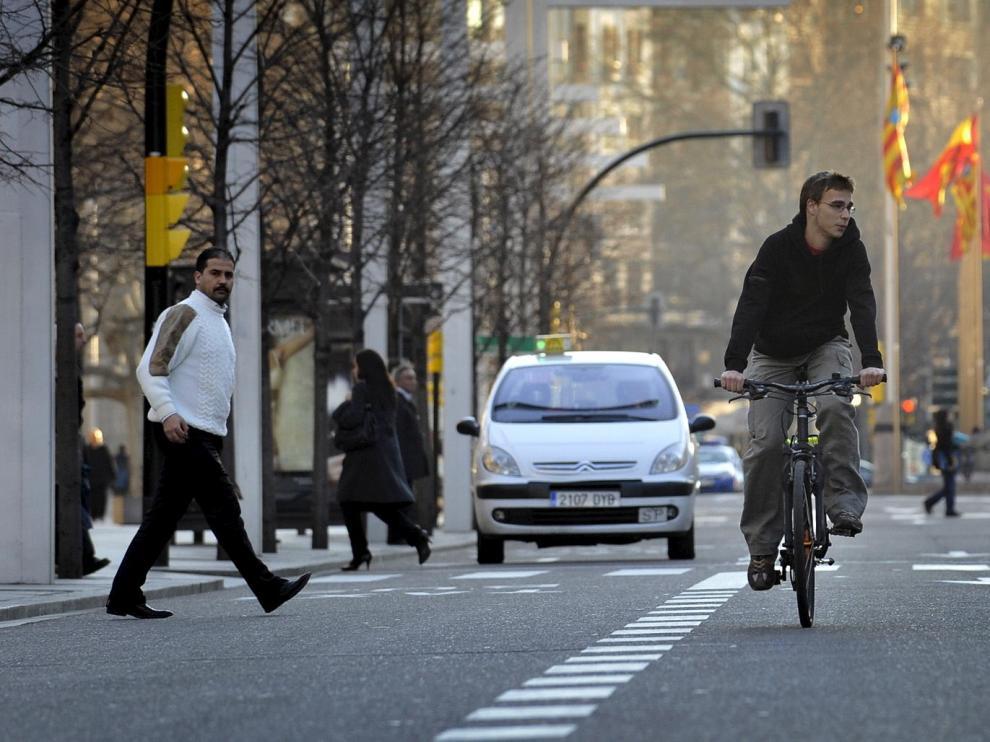 Dos ciclistas, compartiendo la calzada con el resto de los vehículos en Independencia