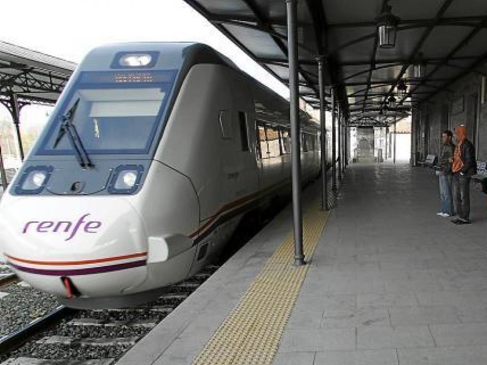 El tren directo Huesca-Teruel logra menos viajeros que el convoy que paraba en los pueblos
