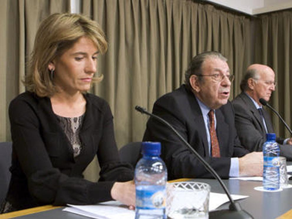 María Leciñena, Román Alcalá e Ignacio Martín-Retortillo (izda-dcha), durante la presentación del Círculo Aragonés de Economía