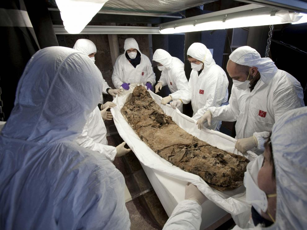 Un grupo de científicos estudia los restos de Pedro II