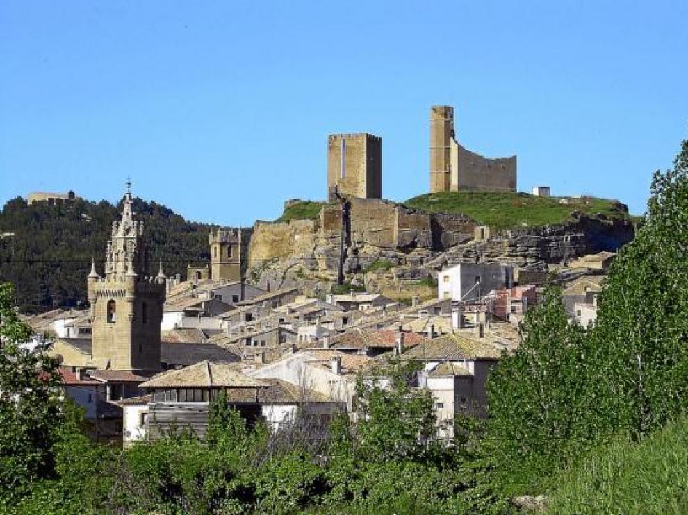 Vista del casco urbano y, al fondo, la fortaleza de Uncastillo.