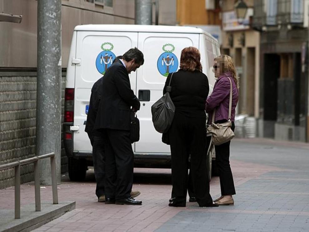 Los familiares de la joven aguardaban ayer a las puertas del juzgado de guardia, junto a su abogado, Javier Osés.