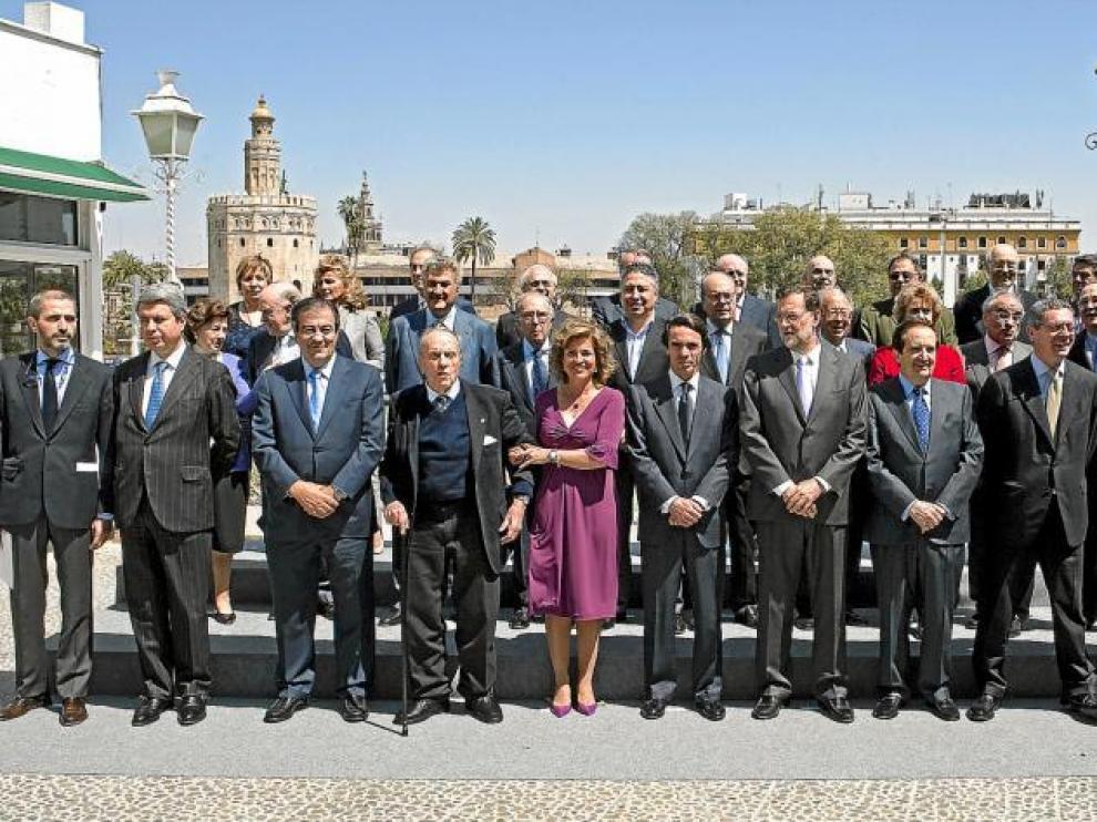 Fraga, Botella, Aznar y Rajoy -todos en el centro-, junto a los miembros de la directiva del PP de hace 20 años.