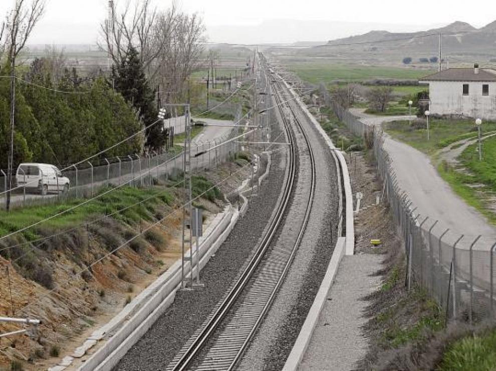 La vía Huesca-Tardienta, con los dos anchos perfectamente visibles, a su paso por Vicién.