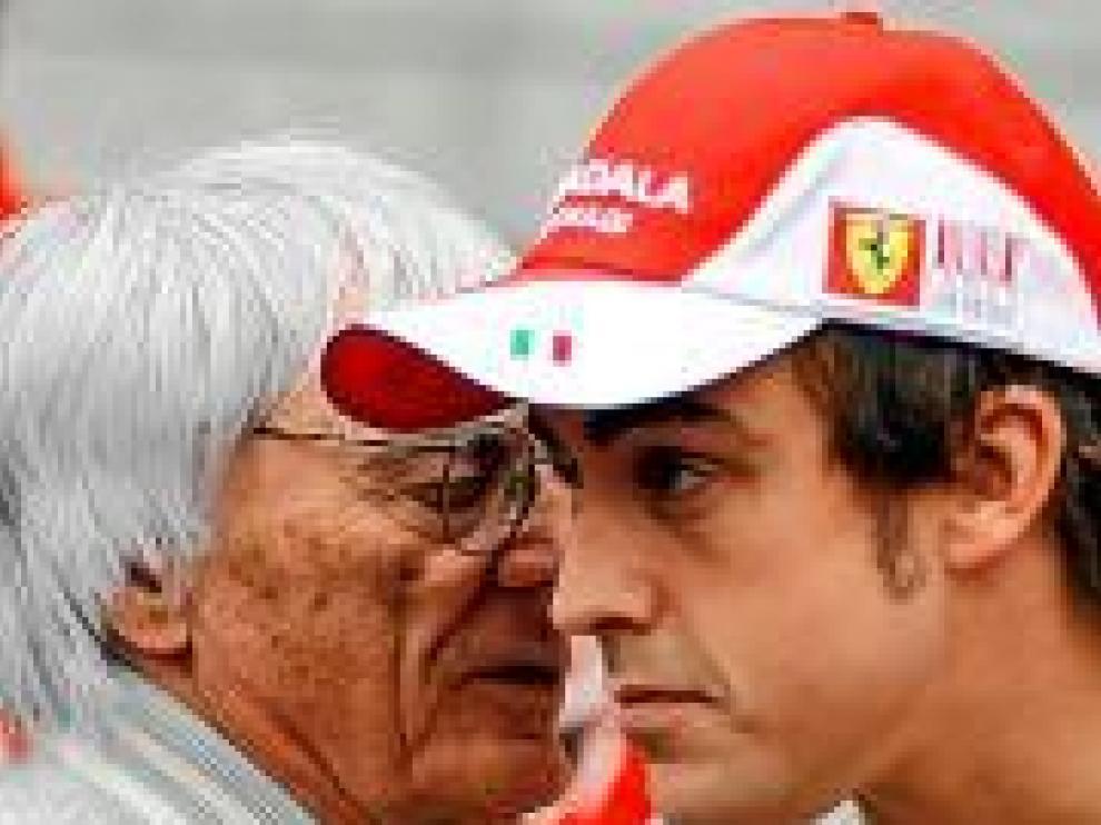 Bernie Ecclestone se dirige a Fernando Alonso.