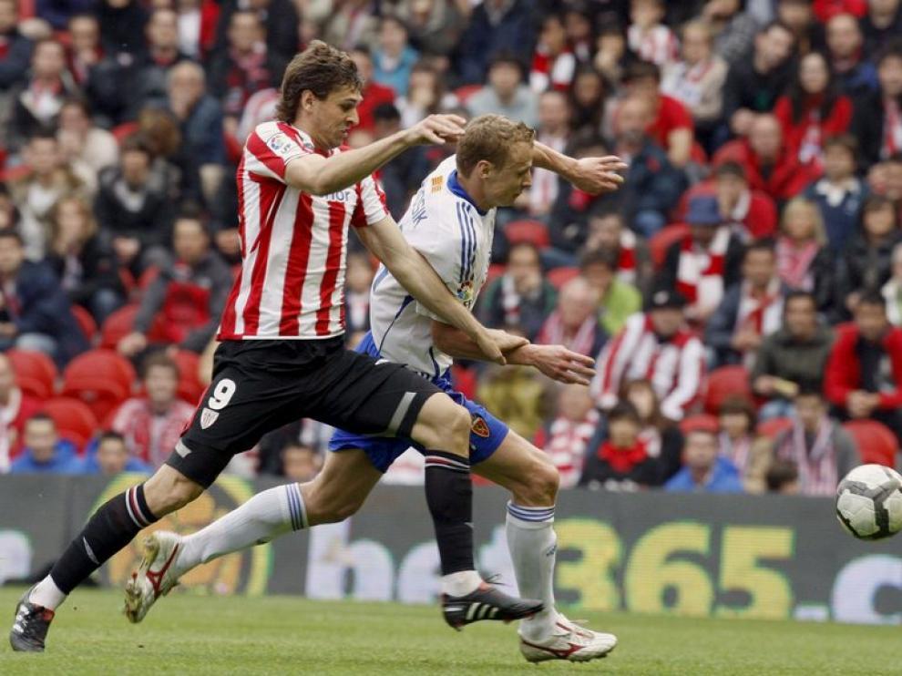 Llorente y Jarosik pugnan por un balón durante el encuentro de la temporada pasada