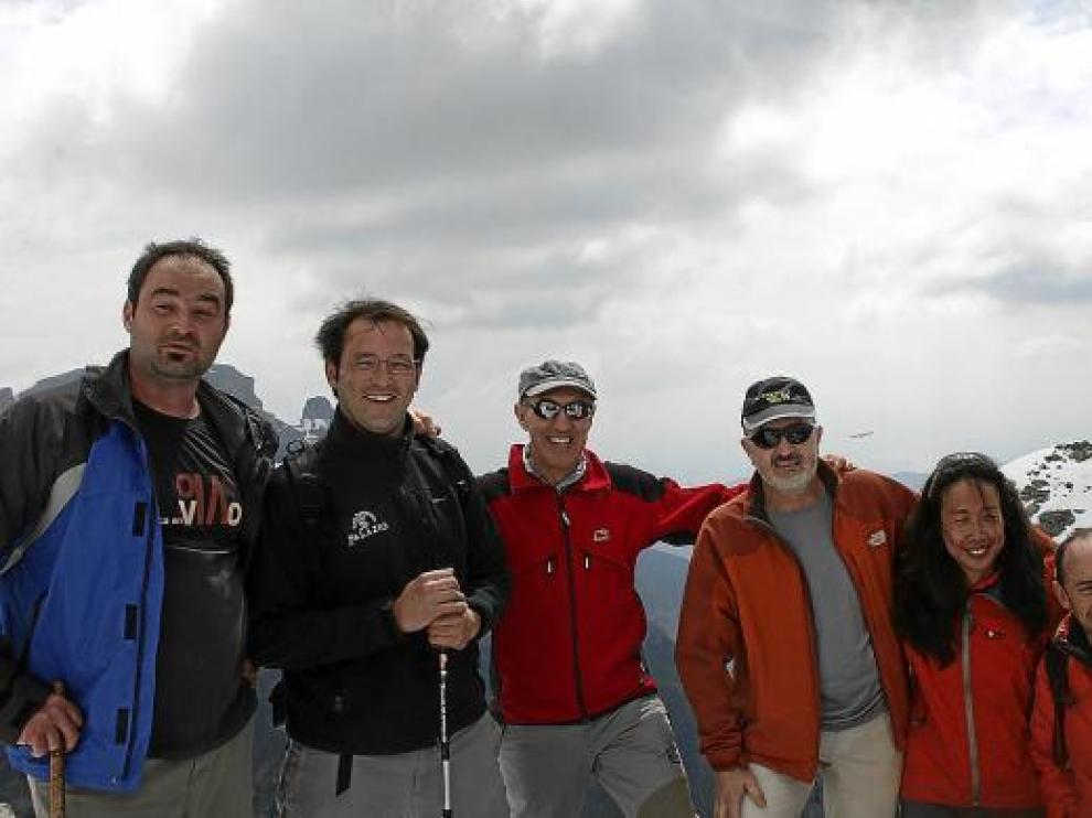 Sebastián Álvaro, el tercero por la derecha, también tuvo tiempo para subir al pico Mondoto.