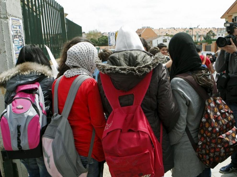 Algunas de las menores con velo llegan a un centro educativo.