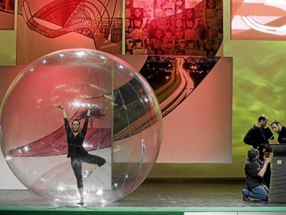 Técnicos y artistas ensayaban ayer la gala en la que se entregarán los premios Aragón 2010.