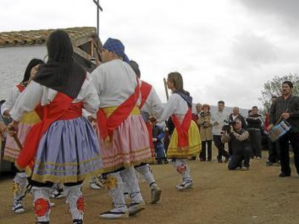 Los danzantes bailaron ante la ermita de Samangos.